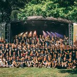 Crew des Summertime Festivals vor einer Bühne